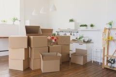 打开箱子,大纸板箱的新的房主在新的家 移动向一个新的公寓概念 库存图片