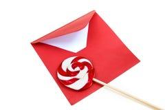 打开红色信封和棒棒糖 免版税库存照片
