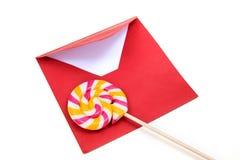 打开红色信封和棒棒糖 免版税库存图片