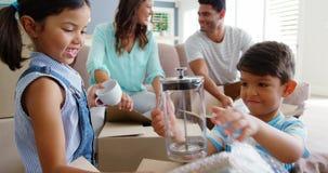 打开纸板箱的愉快的家庭 影视素材