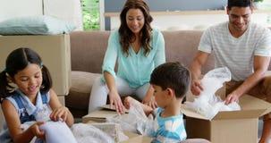 打开纸板箱的愉快的家庭 股票录像