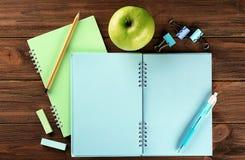 打开练习本和开胃绿色苹果 免版税库存图片