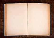 打开老葡萄酒书 免版税库存图片