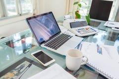 打开膝上型计算机和辅助部件有咖啡杯的工作场所的 免版税库存图片