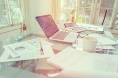 打开膝上型计算机和辅助部件有咖啡杯的工作场所的 免版税库存照片