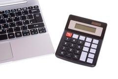 打开膝上型计算机键盘和计算器 免版税库存照片