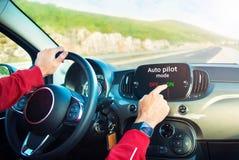 打开自动驾驶仪方式的司机 免版税库存图片