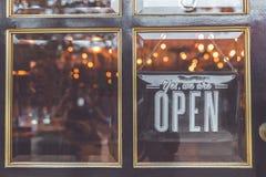 打开葡萄酒标志宽广通过杯商店窗口 聚会所 免版税图库摄影