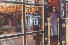 打开葡萄酒标志宽广通过杯商店窗口 聚会所 库存照片