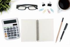 打开螺旋空白的笔记本和计算器在白色书桌桌上 库存图片