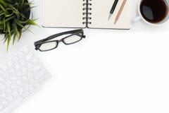 打开螺旋空白的笔记本和计算机在白色书桌上 库存图片