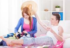 打开行李和放松的年轻夫妇 图库摄影