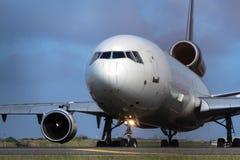打开跑道的商业喷气机班机 库存照片
