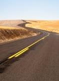打开路双线道高速公路俄勒冈风景被收获的农田 免版税库存照片