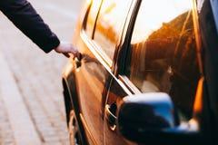 打开车门的人 免版税库存图片