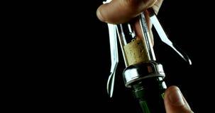 打开酒瓶4k的手特写镜头 影视素材