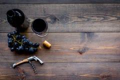 打开酒 在瓶,玻璃,在木背景顶视图copyspace的葡萄附近螺旋式前进 库存图片