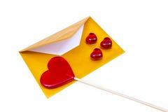 打开金信封和棒棒糖以心脏的形式 免版税图库摄影