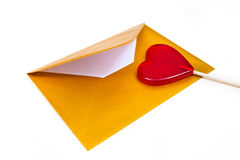 打开金信封和棒棒糖以心脏的形式 免版税库存图片
