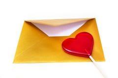 打开金信封和棒棒糖以心脏的形式 库存图片