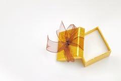 打开金黄礼物盒有棕色领带顶视图 库存图片