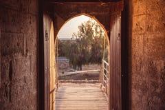 打开门在中世纪Kolossi城堡 塞浦路斯利马索尔码头 免版税图库摄影