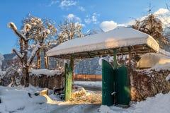 打开门美好的多雪的冬天农村山风景 库存图片