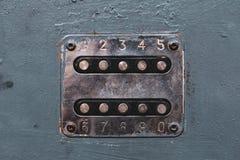 打开门锁的数字按钮 与数字的盘区在老金属门 在金属门的Unlocker按钮 钢数字ke 免版税库存照片