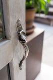 打开门,特写镜头古老门把手的样式 库存图片