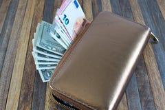 打开非常突出在木背景的钱包和金钱 图库摄影