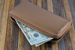 打开非常突出在木背景的钱包和金钱 免版税图库摄影