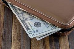 打开非常突出在木背景的钱包和金钱 免版税库存照片