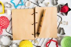 打开食谱书wih木笔和烘烤工具  库存照片