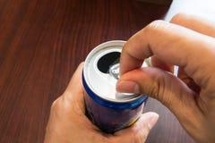 打开饮料的手 库存照片
