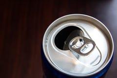打开饮料罐头 库存照片