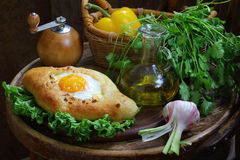 打开饼用鸡蛋、新鲜蔬菜和绿色 免版税库存图片
