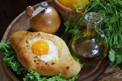 打开饼用鸡蛋、新鲜蔬菜和绿色 库存照片