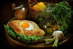 打开饼用鸡蛋递交与绿色和大蒜 免版税库存照片