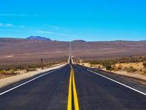 打开驾驶在沙漠的路高速公路 图库摄影