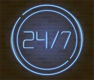 打开24 7个小时在砖墙上的霓虹灯 24个小时夜总会酒吧霓虹灯广告 库存照片