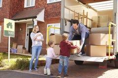 打开移动箱子的家庭从撤除卡车 免版税图库摄影