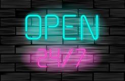 打开24 7 在砖墙背景的霓虹灯广告 免版税库存图片