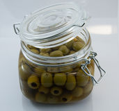 打开玻璃瓶子橄榄 免版税库存照片