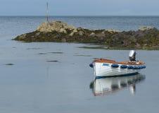 打开玻璃纤维小船, Garvel建立了样式,当船外被停泊在一个小的小海湾在Donaghadee, Co下来 库存照片
