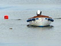 打开玻璃纤维小船, Garvel建立了样式,当船外被停泊在一个小的小海湾在Donaghadee, Co下来 免版税库存照片