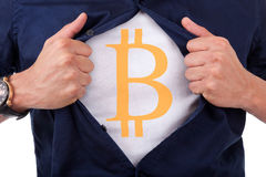 打开他的衬衣和显示bitcoin货币的年轻商人 免版税库存图片