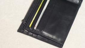 打开黑皮革钱包的口袋有信用卡的 免版税图库摄影