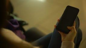 打开prekeyed手机屏幕,广告的,设备地方的少女 股票录像