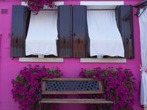打开Windows在Burano上色的在家洋红色意大利 库存图片