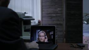 打录影电话的商人对使用膝上型计算机,网上客户咨询的商务伙伴 慢的行动 影视素材
